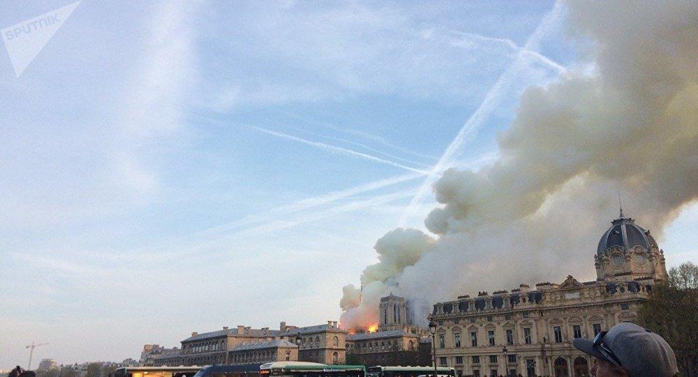 Bombeiros de Paris afirmam que despejar água de aeronaves pode fazer Catedral desabar