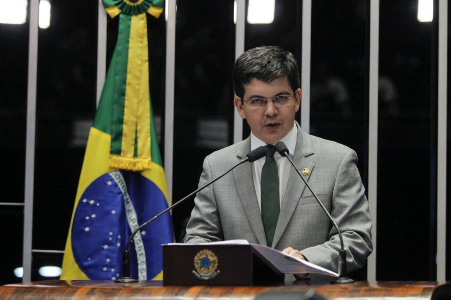 Randolfe: governo Bolsonaro é um espetáculo de incompetência