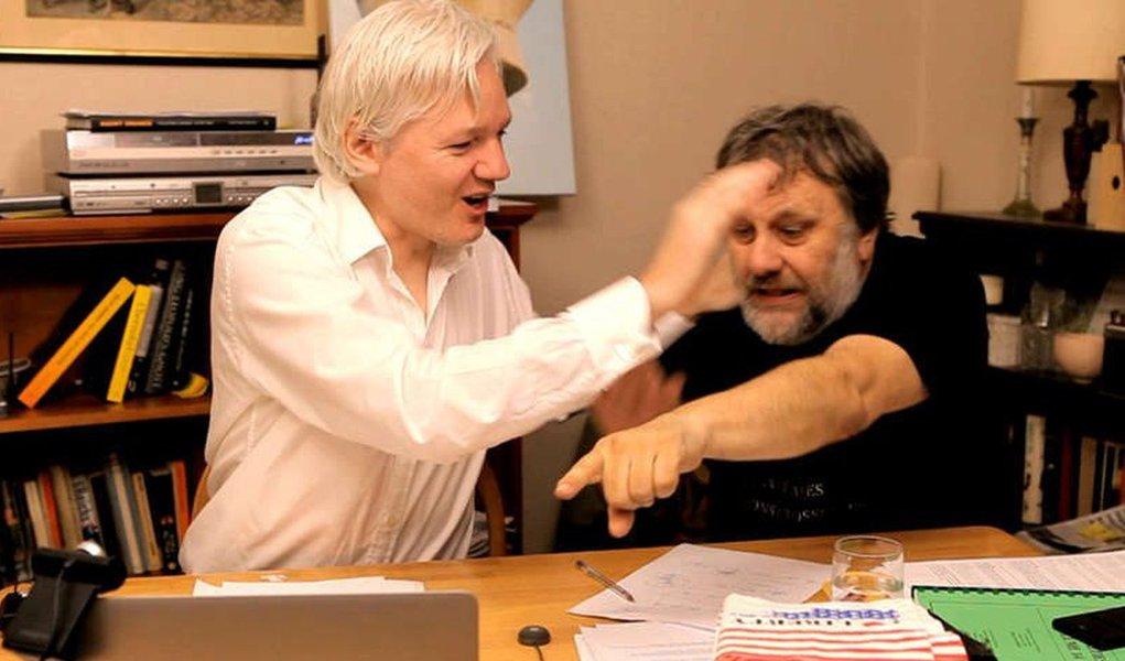 Zizek: só nós podemos ajudar Assange