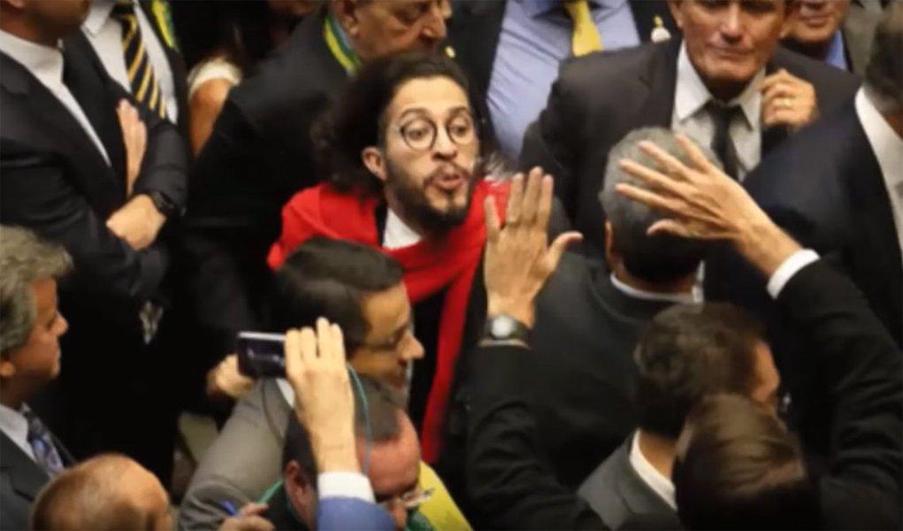 """Wyllys diz ter 'orgulho"""" de cusparada em Bolsonaro"""