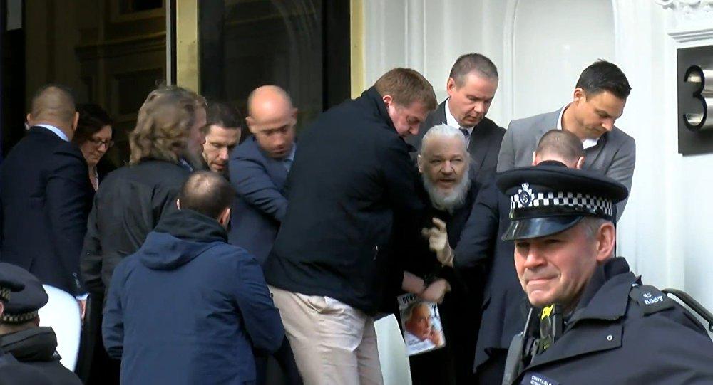 Correa diz que Equador entregou Assange por acordo de US$ 4,2 bilhões com FMI