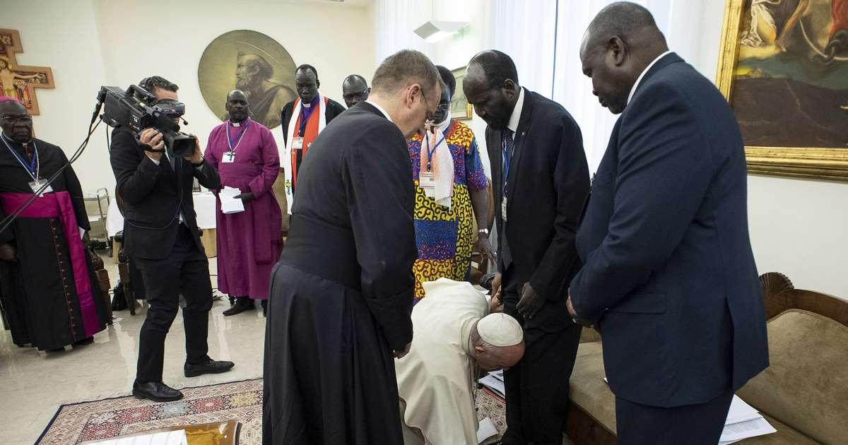 Papa beija os pés de líderes do Sudão do Sul e pede preservação da paz