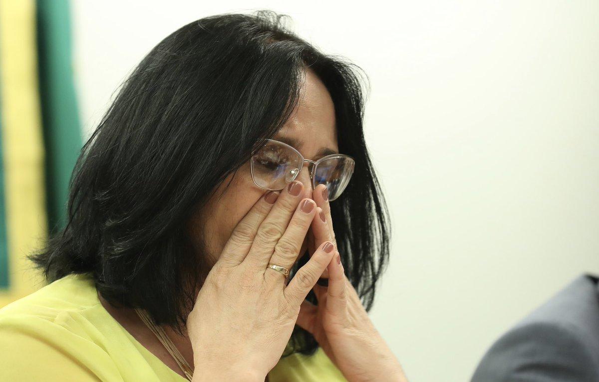Damares chora na Câmara após deputado falar da goiabeira