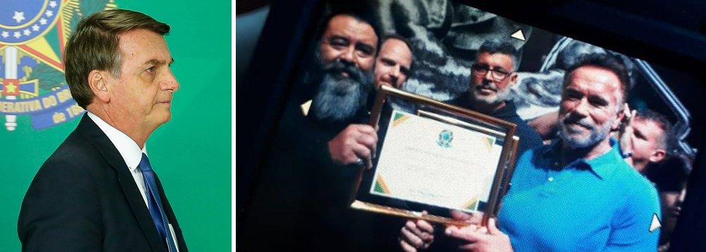 """Bolsonaro homenageia Arnold Schwarzenegger com """"certificado de reconhecimento"""""""