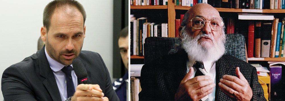 Eduardo Bolsonaro desafia a esquerda a dizer quem é Paulo Freire. E a esquerda responde
