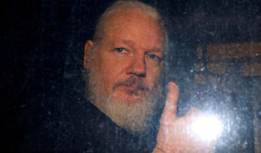 Justiça britânica adia decisão sobre extradição de Assange para 2020