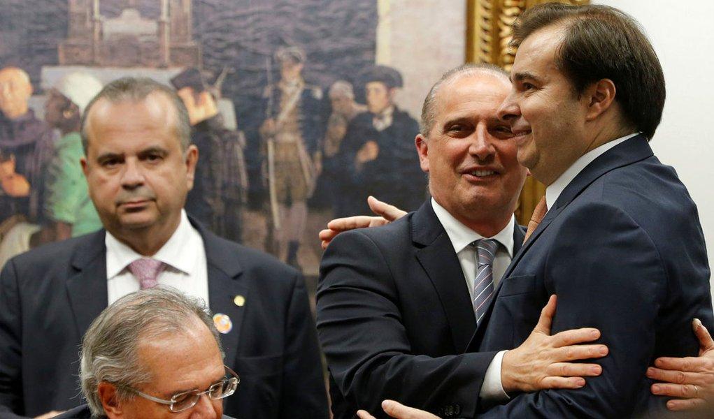 Bolsonaro faz 'velha política' e negocia R$ 2,95 bi em emendas para aprovar reforma