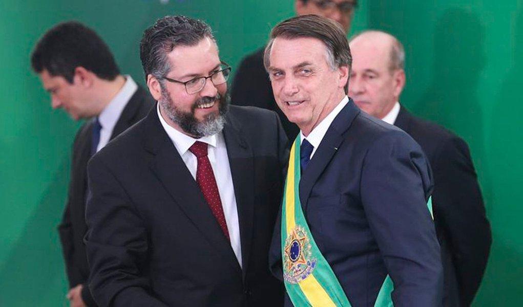 Para conter crise na Apex, Bolsonaro dá a Araújo carta branca para demissões