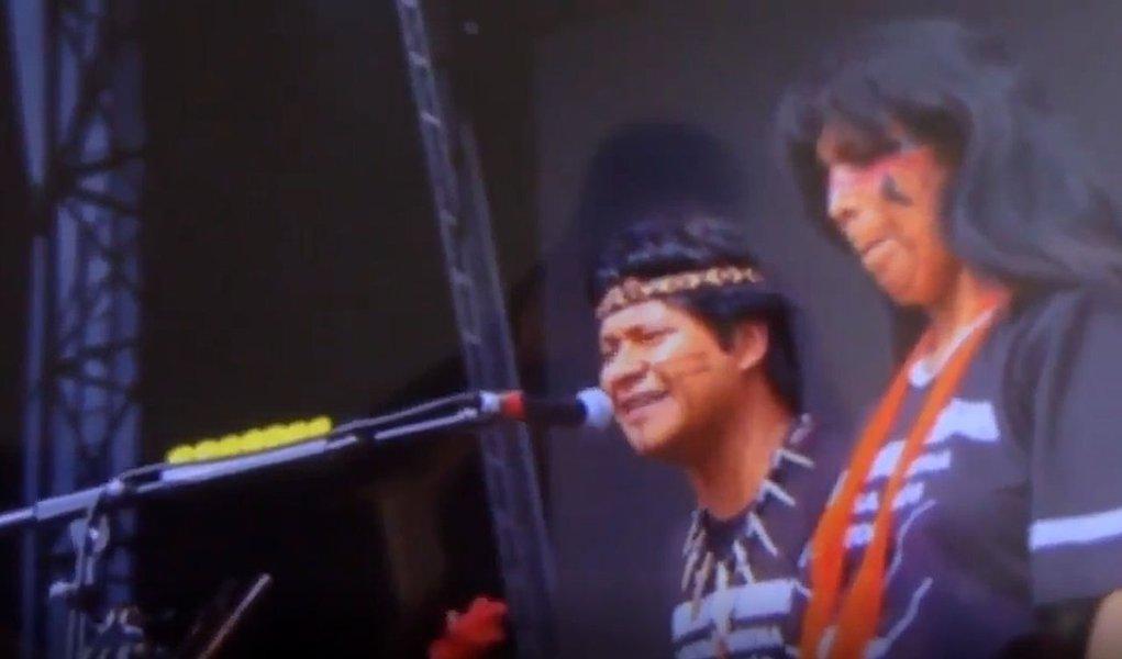 Indígenas mandam recado a Bolsonaro no Lollapalooza: 'demarcação já'