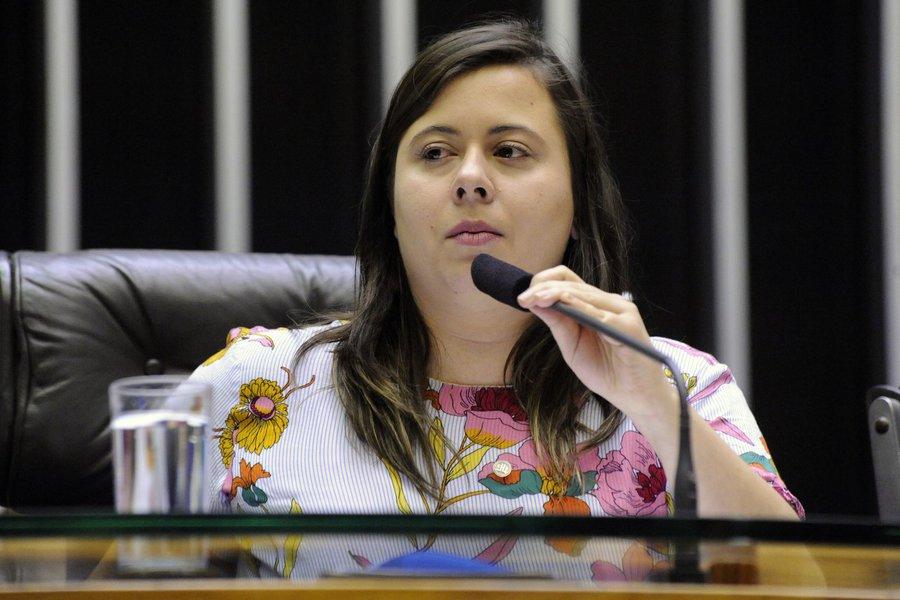 'Alguém manda um óleo de peroba pra Bolsonaro?', disse Sâmia Bomfim