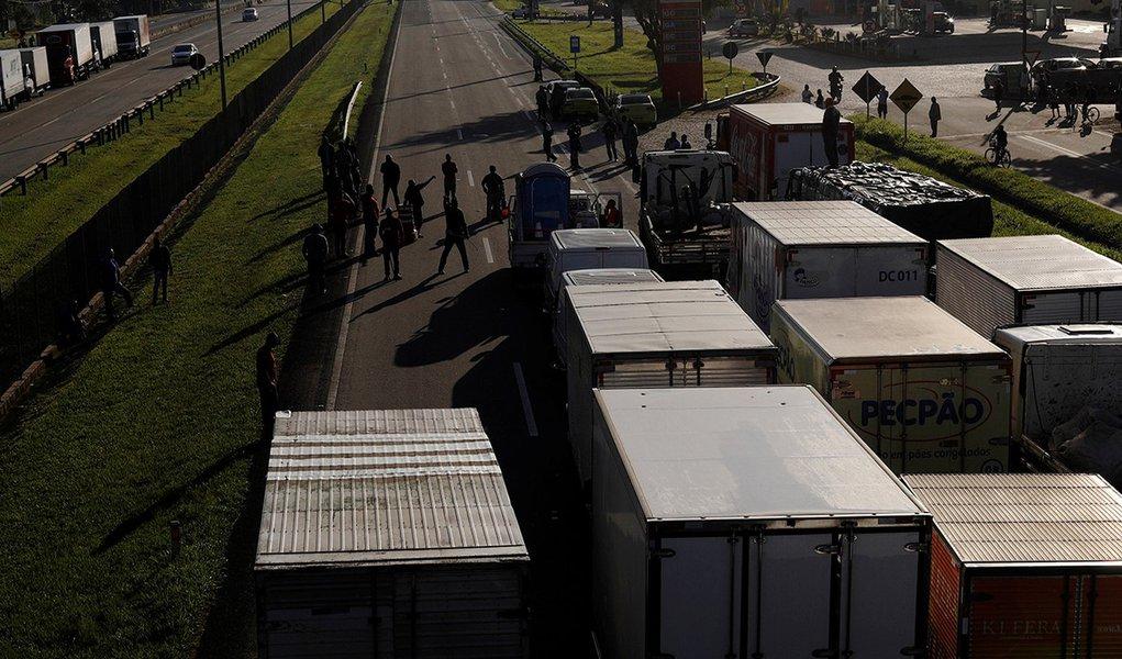 No WhatsApp, caminhoneiros trocam pautas da categoria por apoio político a Bolsonaro