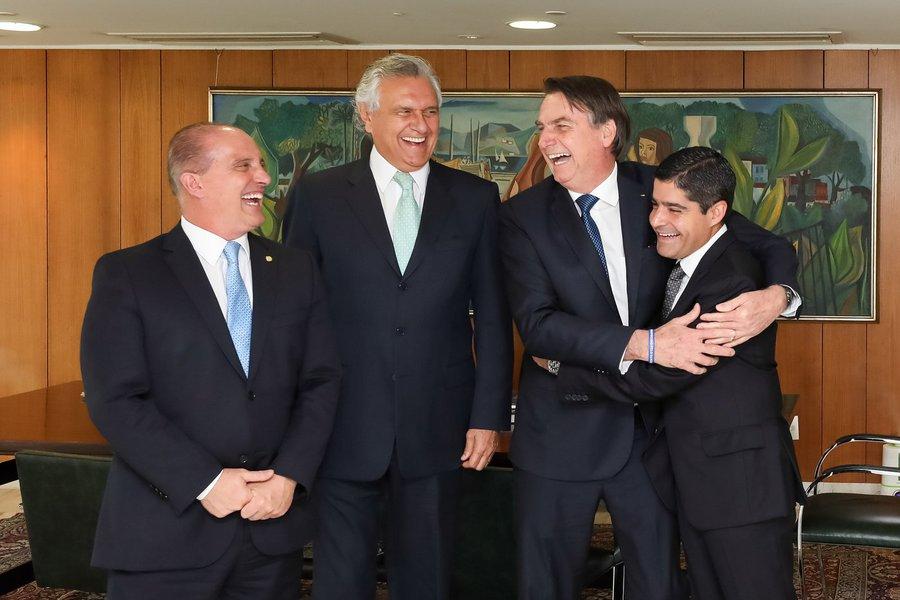 A foto que virou piada: alegria 'de quem tem três ministérios'