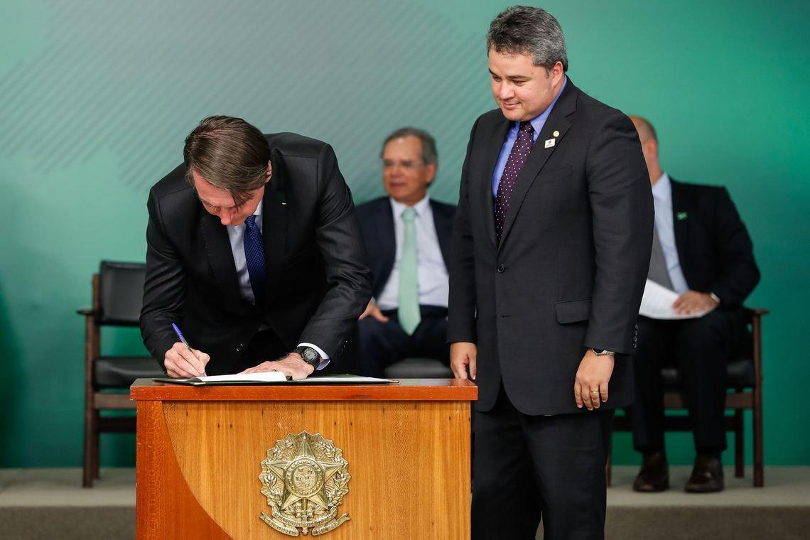 Bolsonaro sanciona sem vetos lei que altera cadastro positivo