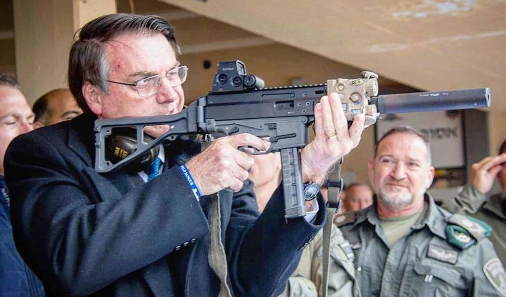 Presidente da morte, Bolsonaro publica foto com metralhadora e defende população armada