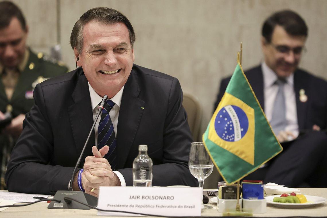 Bolsonaro diz que brasileiro ganha muito e defende informalidade