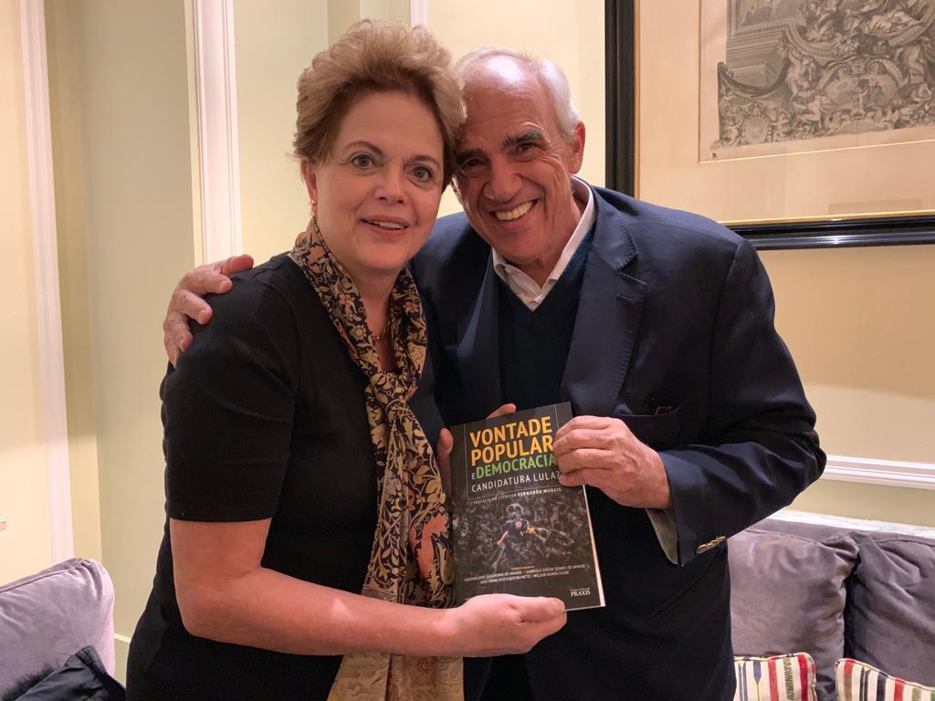 Dilma entrega livro sobre Lula e democracia ao ex-presidente Ernesto Samper