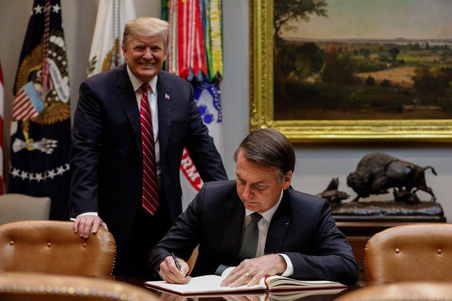 Em visita a Trump, Bolsonaro cede aos interesses dos EUA e volta de mãos abanando