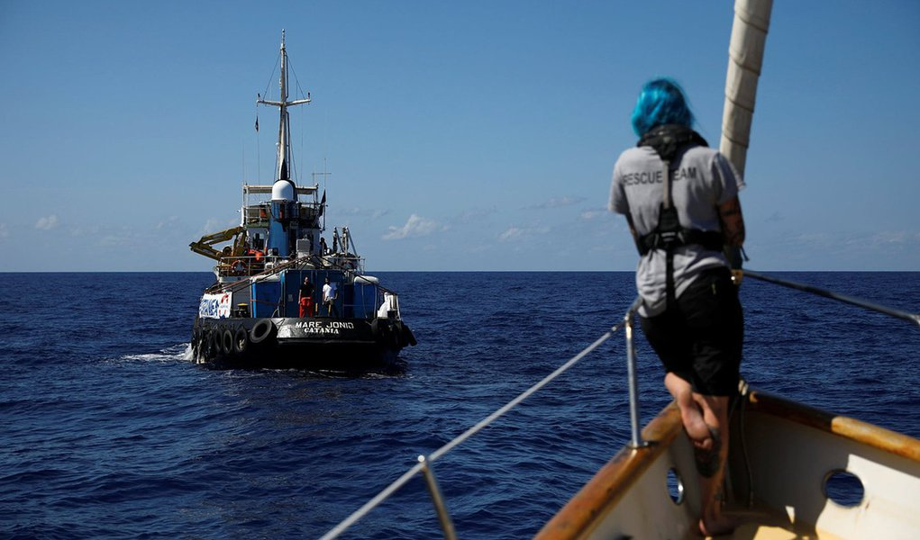 Navio italiano resgata 49 emigrantes no litoral da  Líbia