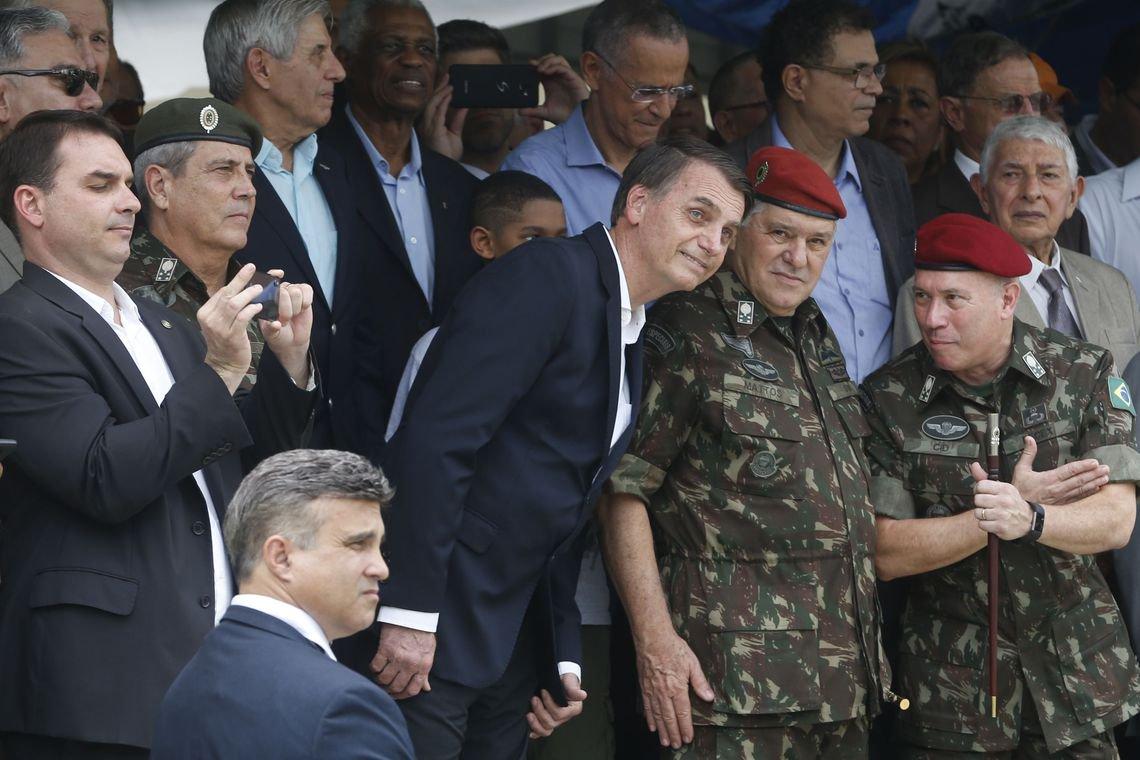 Bolsonaro e sua carreira construída a base de lamber botas