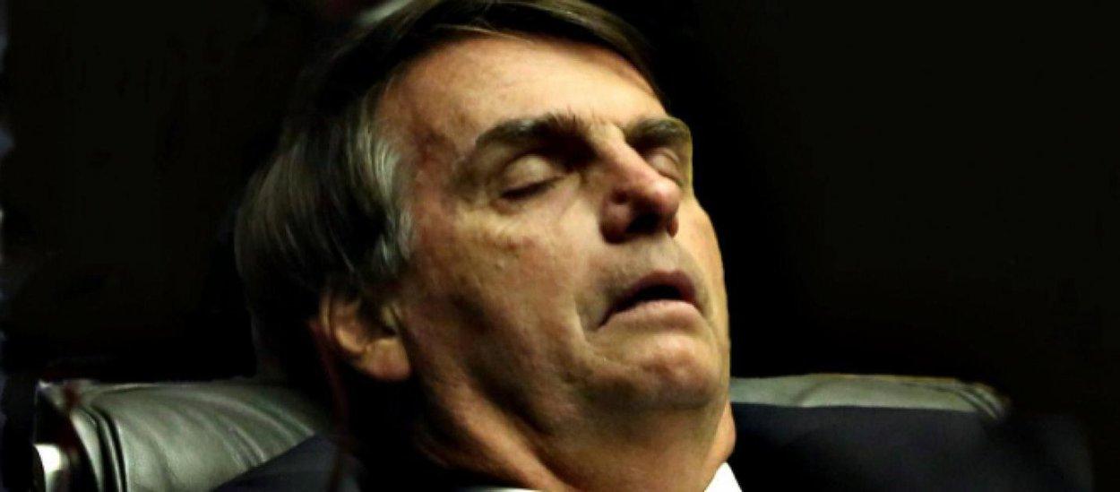 Bolsonaro diz só conseguir dormir com arma ao lado
