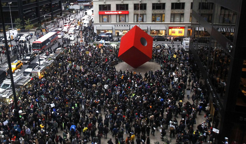 Manifestantes marcham no centro financeiro dos EUA