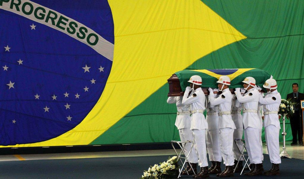 Corpos de militares são recebidos com honras no Rio