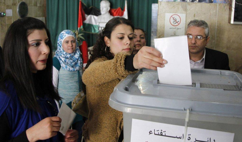 Sírios votam em referendo constitucional em meio a mortes