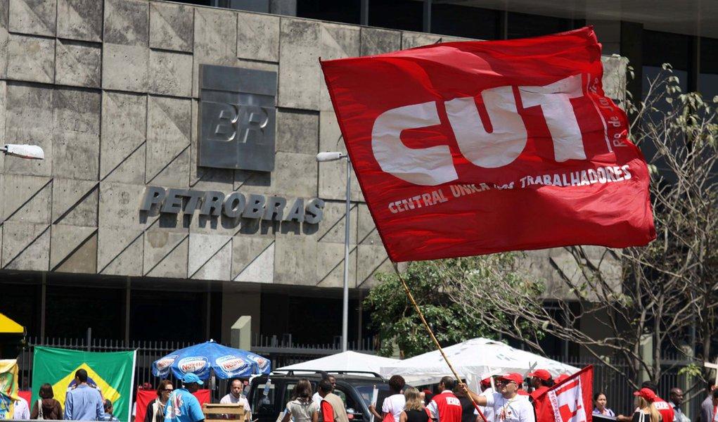 Petroleiros vão avaliar nova proposta da Petrobras