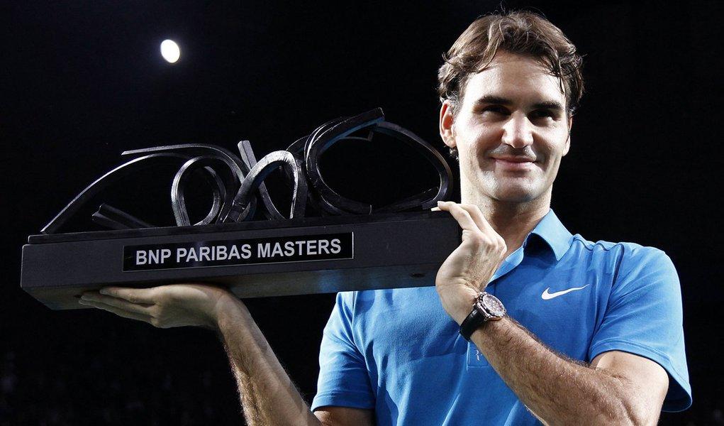 Federer bate Tsonga e fatura título inédito em Paris