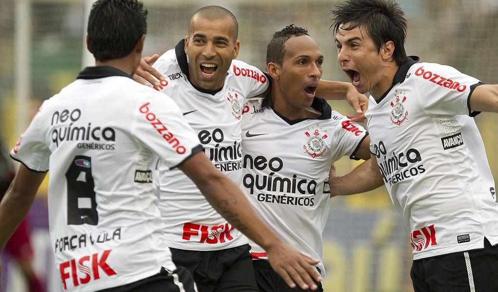 Corinthians vence Atlético-PR e mantém liderança