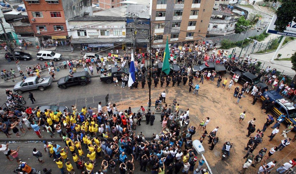 Bandeiras do Brasil e do Rio são hasteadas na Rocinha