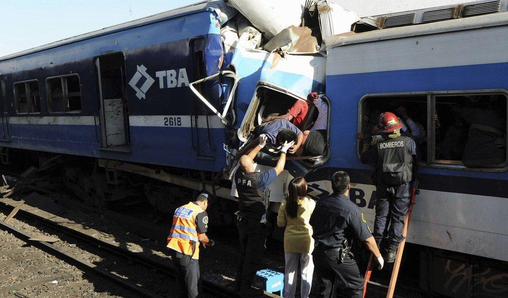 Argentinos buscam parentes entre vítimas de acidente