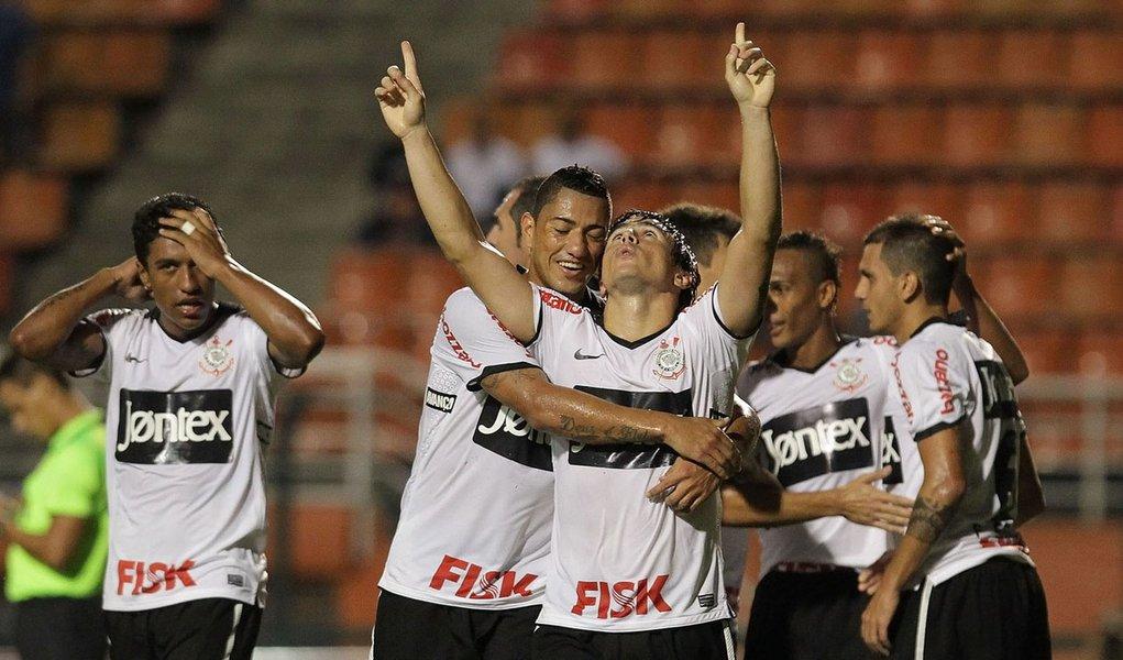 Corinthians bate Portuguesa e assume ponta provisória