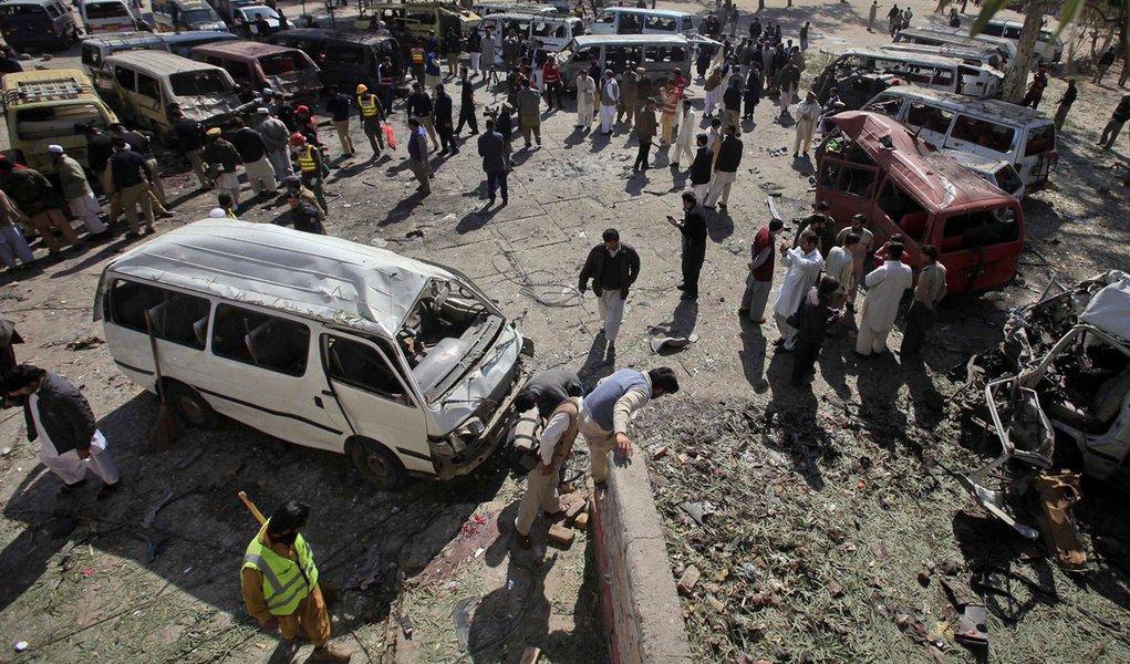 Atentado em terminal de ônibus mata crianças no Paquistão