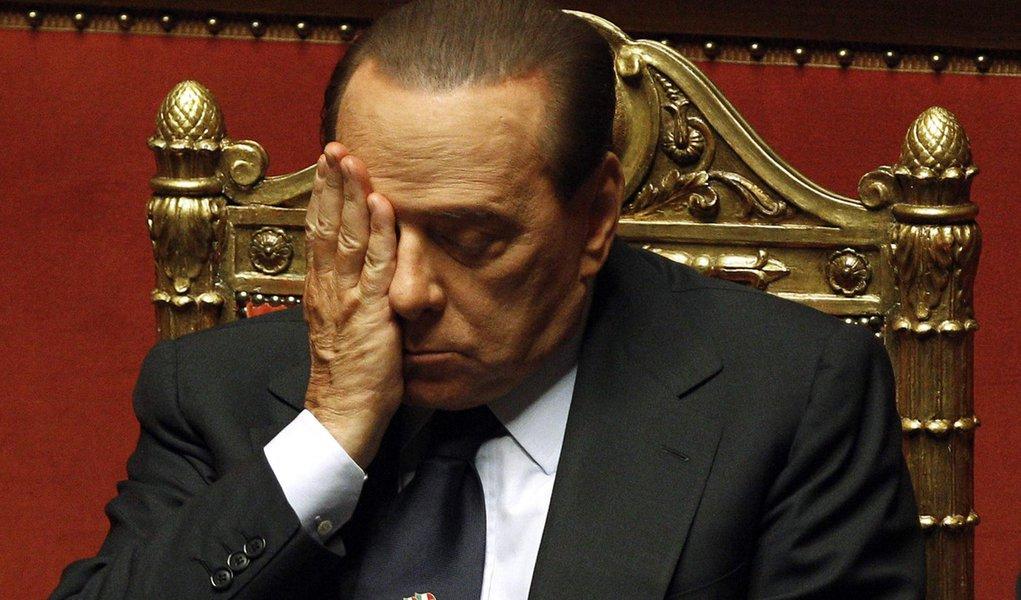 """""""Chantagem mesquinha"""" levou à renúncia, diz Berlusconi"""