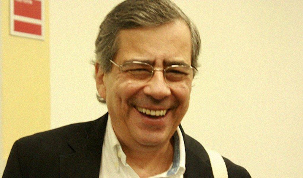 Derrotado, Paulo Henrique Amorim posa de vitorioso e debocha