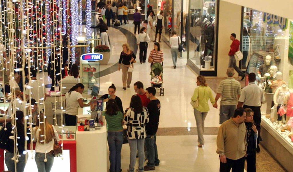 Confiança do consumidor cresce 2,9% em fevereiro, mostra FGV
