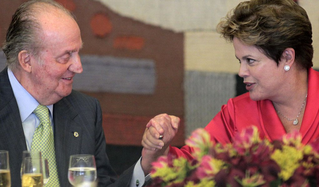 Rei Juan Carlos promete a Dilma facilitar entrada de brasileiros