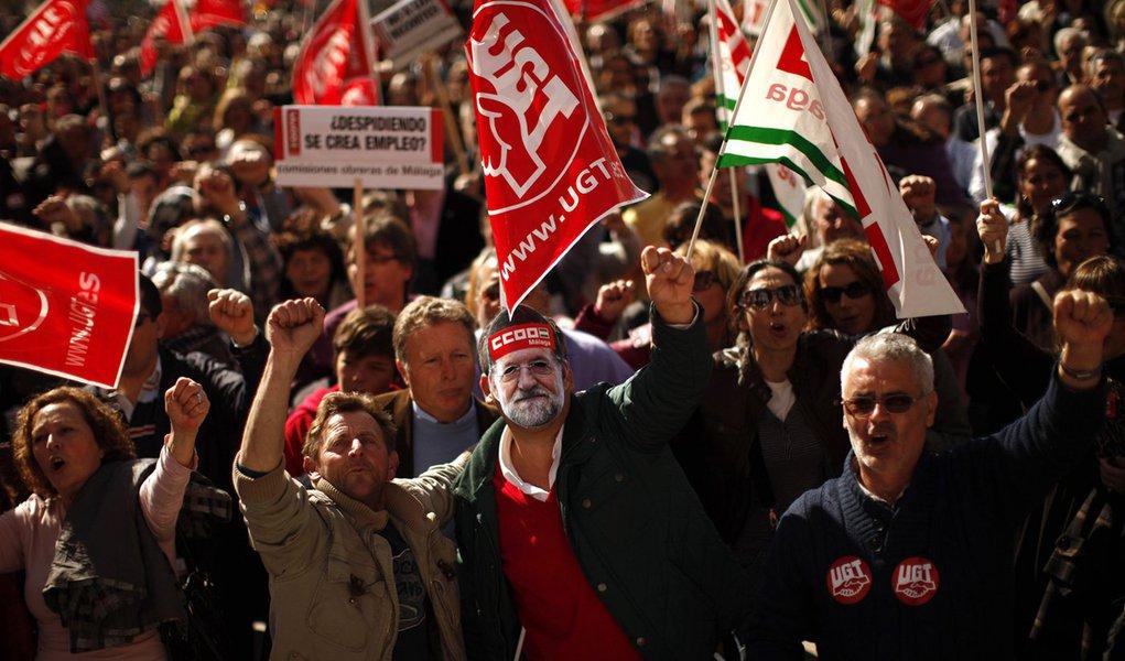 Europeus incendeiam ruas contra cortes trabalhistas