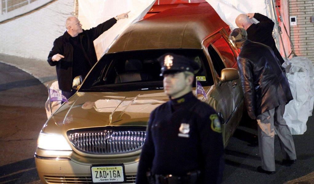 Corpo de Whitney Houston é levado para Nova Jersey