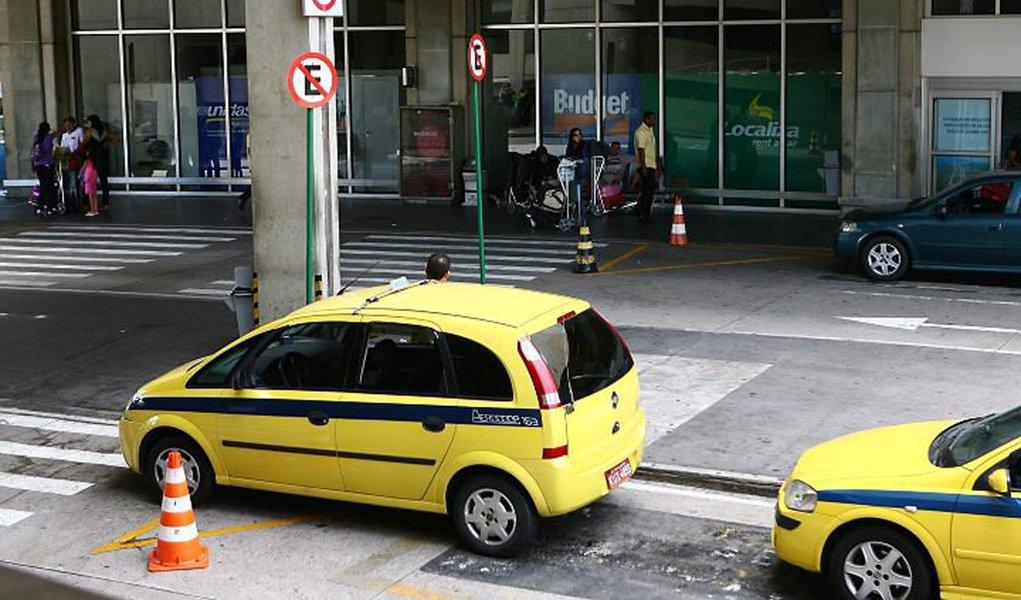 Gays são agredidos ao recusar táxi em aeroporto do Rio
