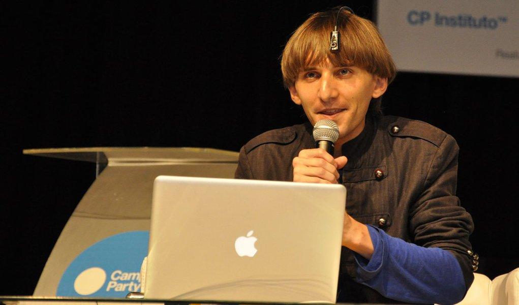 Campus Party: ciborgue real ouve o som das cores