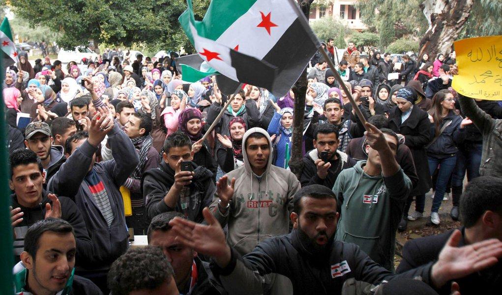 Rebeldes na Síria pedem armas pela internet