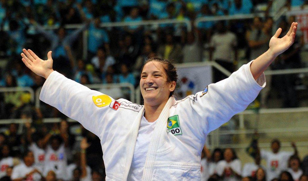 Mayra Aguiar leva ouro em Paris