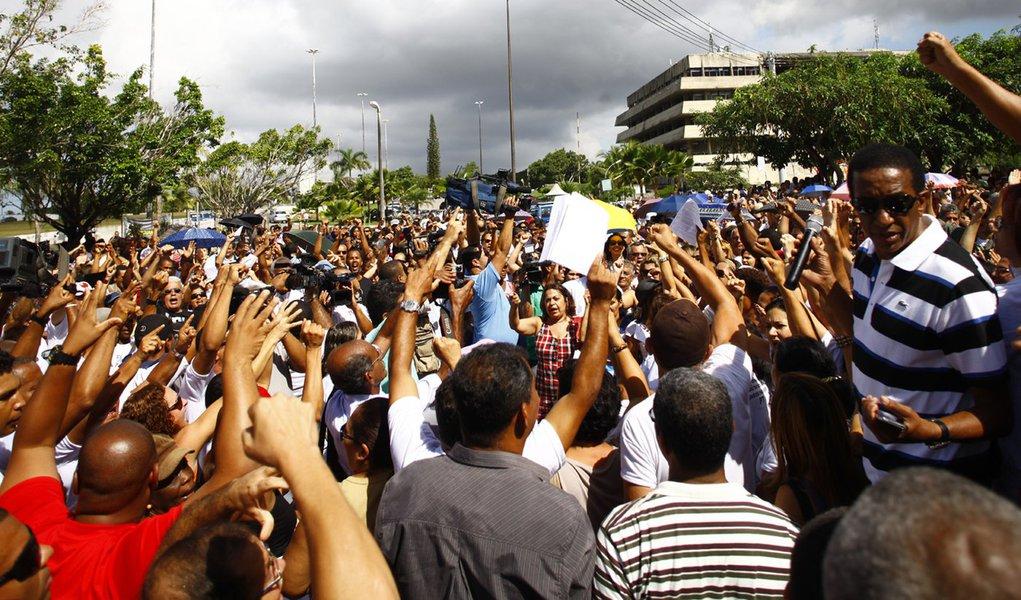 Professores mantêm greve