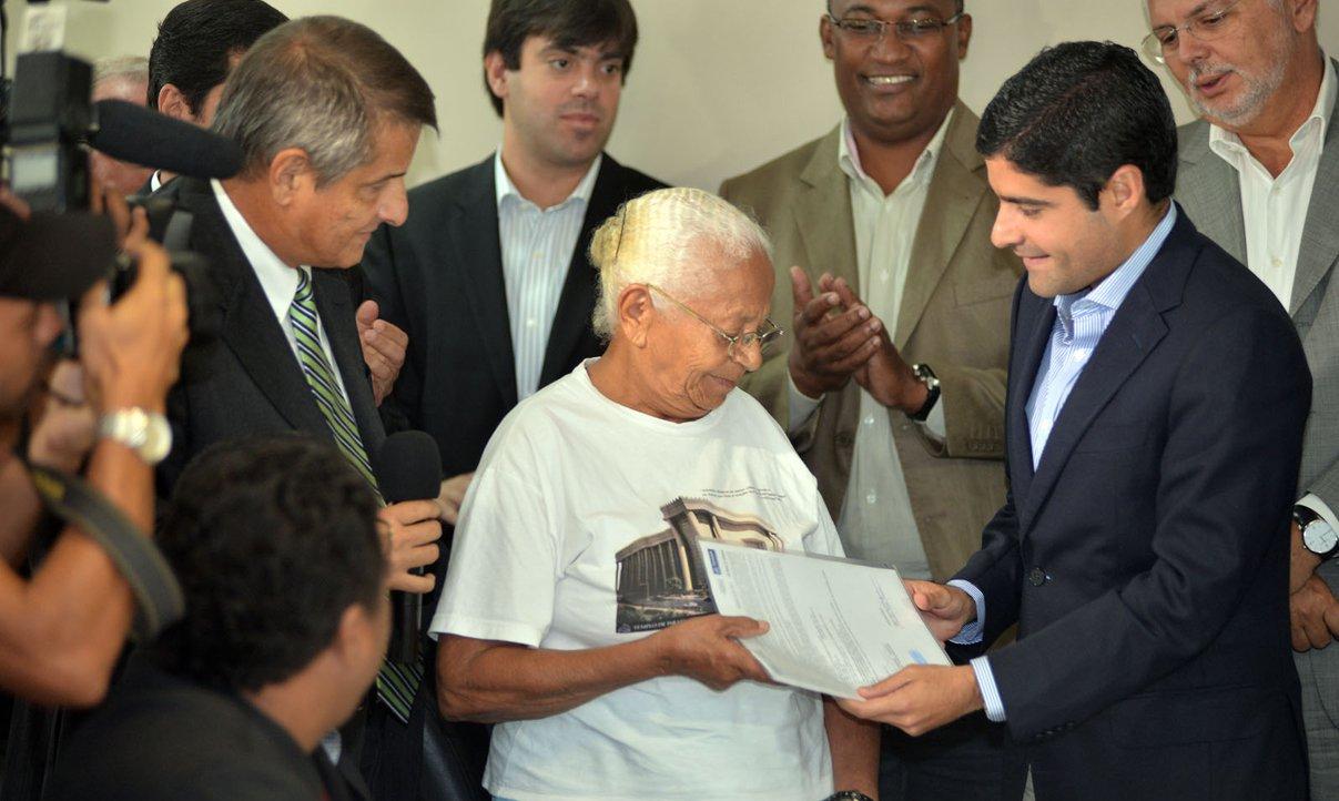 ACM promete regularizar 30 mil moradias em Salvador