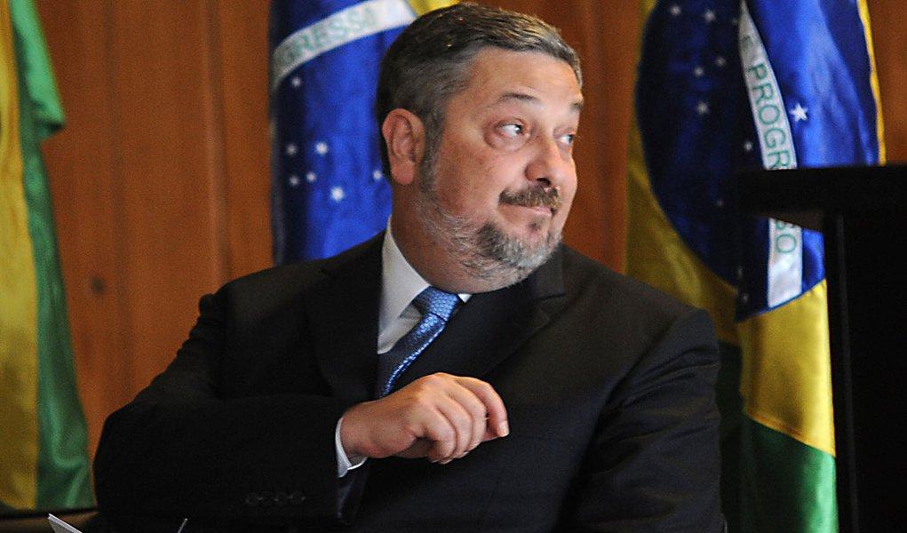 Palocci reaparece e diz que governo não cometeu erros