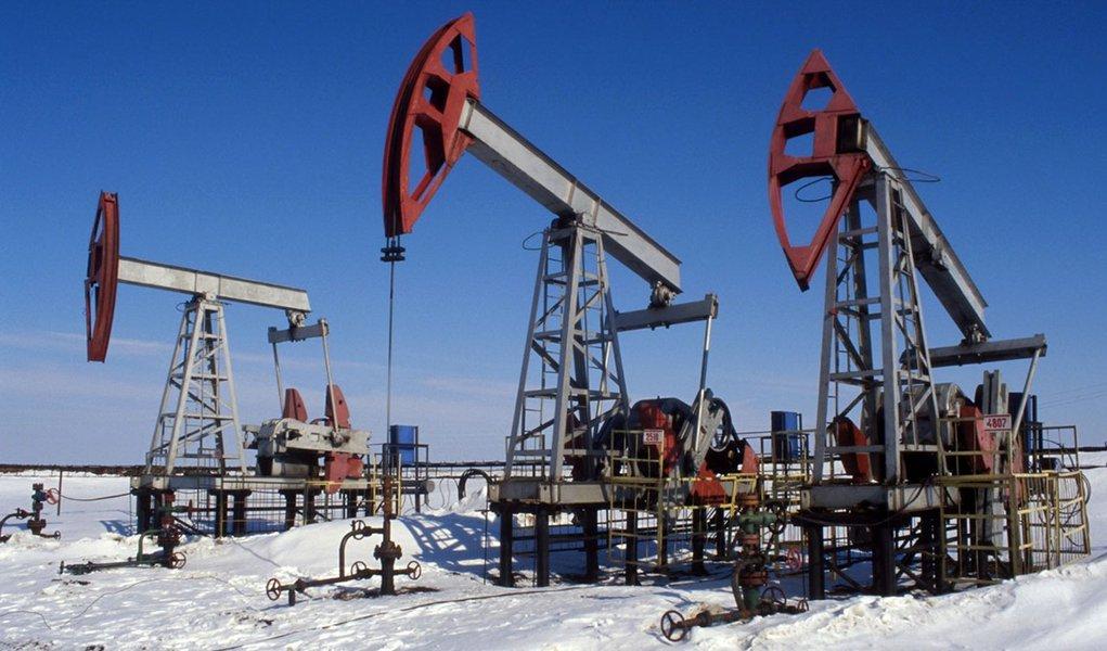 Petróleo abre a semana em queda em Nova York e Londres
