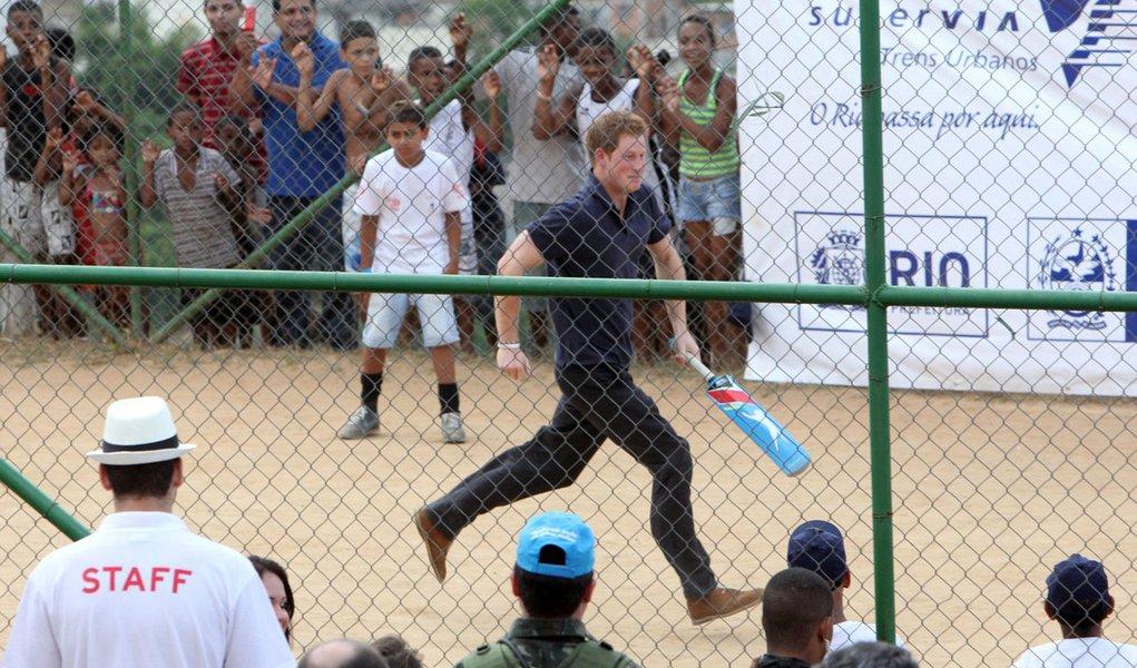 Príncipe Harry joga críquete no Alemão