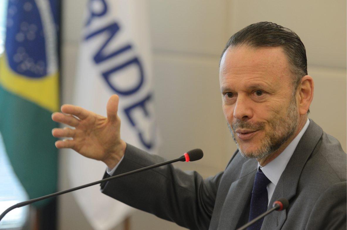 Gaspari critica legado de Luciano Coutinho